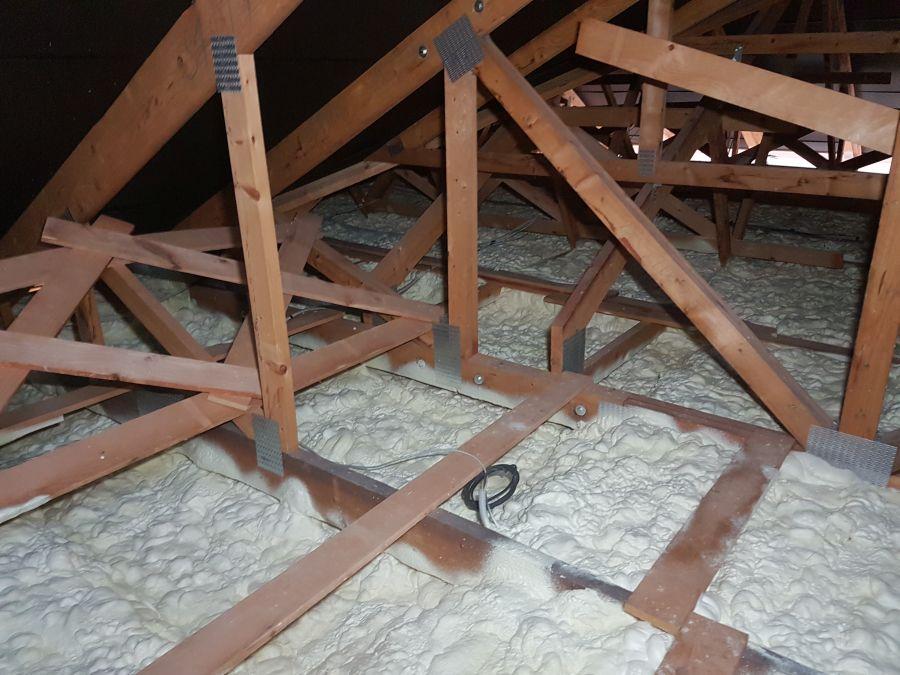 Zateplení stropu bungalovu izolací Icynene