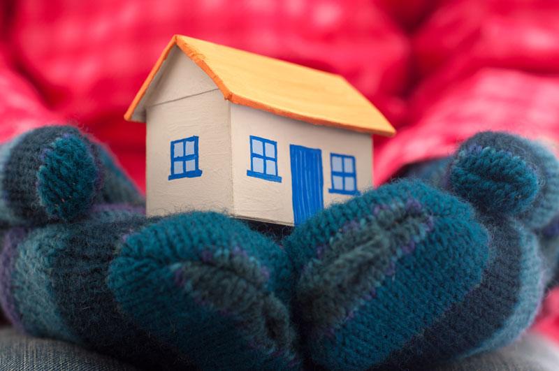 Může izolace ICYNENE poškodit střechu